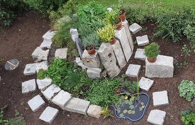 Kräuterspirale aus alten Granitsteinen